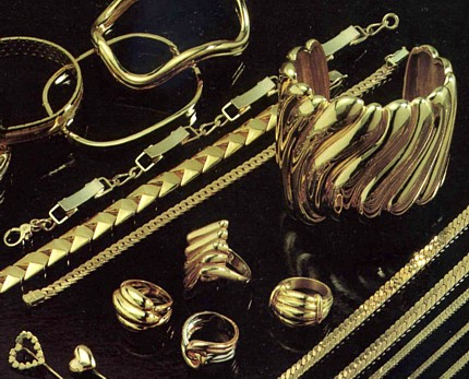 Many types of jewelry uses of gold